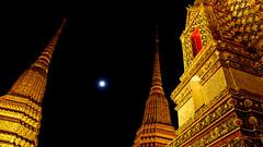 The moon over Wat Pho (songglod) Tags: moon night thailand bangkok watpho 2010