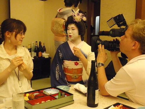 Geisha, documentalista, y chica asustada