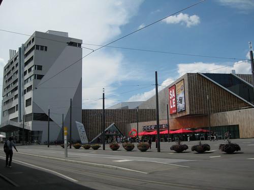 Videokamera Westside vor Bahnhof Bern-Brünnen