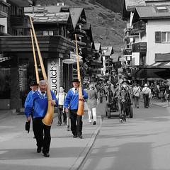 beer o'clock (Toni_V) Tags: blue schweiz switzerland suisse x zermatt trio svizzera wallis 2009 valais bahnhofstrasse d300 colorkey alphorn selectivecolors toniv dsc1902 ツェルマット 采尔马特 090816 церматт