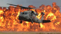 [フリー画像] 乗り物, 航空機, ヘリコプター, UH-60 ブラックホーク, 爆発, 201010080100