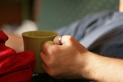 Tea time (M_Aude) Tags: blue red verde green rouge hand tea main 85mm vert ring bleu doigt mug mano teatime rosso anneau bague braccio th goter