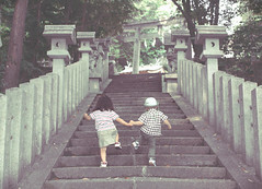 sabi-71 (SABITERU) Tags: summer japan kids stairs children temple eos japanese kid holding hands shrine child steps   osaka  shinto  sympathy synchro