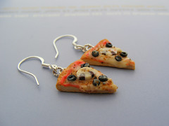 Mushroom and Olives Pizza Earrings (Shay Aaron) Tags: food mushroom crust miniature italian handmade aaron olive fake mini jewelry pizza crispy polymerclay fimo tiny faux shay earrings geekery jewel petit toppings sterlingsilver              shayaaron wearablefood