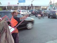 Catador para diante do trânsito (João Varella) Tags: brazil urban car brasil sãopaulo sp carros moto urbano rua papel trânsito barrafunda catador