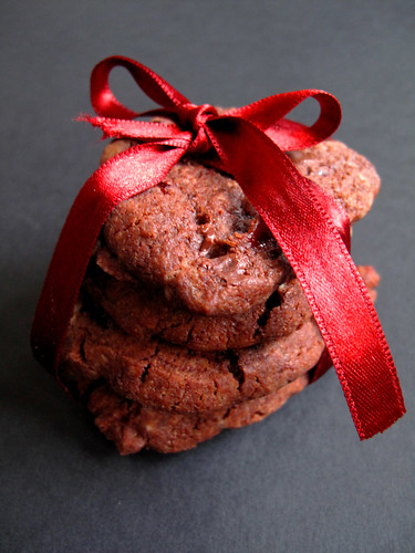 Biscotti cioccolato, fleur de sel e fragole secche