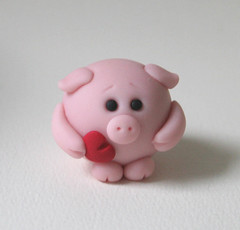 Valentine Piggy (fliepsiebieps1) Tags: pink cute love piggy pig heart speaknoevil seenoevil valentine hearnoevil polymerclay round kawaii figurine piggies