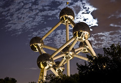 The Atomium between Jupiter and a lovely Full Moon, Brussels (B) (Panoramyx) Tags: brussels panorama moon belgium belgique belgië bruxelles panoramica bruselas jupiter brussel atomium belgio bélgica perfectpanoramas gastonbatistini