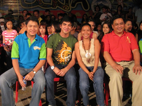 Kapuso Star Mark Herras join Mayor Jun Acharon, Congresswoman Darlene Antonino-Custodio and Congressman Ruffy Biazon at the oval plaza stage after his KCC Mall Show.
