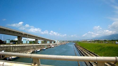 nk@flickr 拍攝的 八里八新公路(台 64).這河水看來還蠻清澈的。