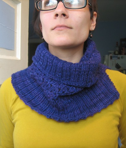 091018. so i decided yesterday to putz around the house and start a cowl.
