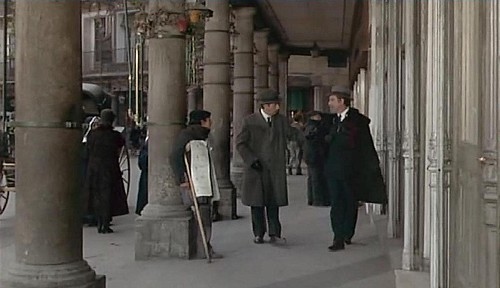Fernado Rey (Don Lope) ante la puerta del Café Español. Fotograma de Tristana de Luis Buñuel