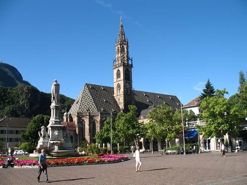 Blick auf den Dom zu Bozen und der Statue des Minnesängers Walther von der Vogelweide