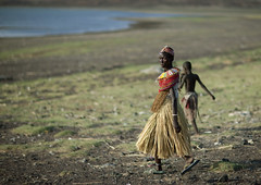 El Molo woman going to Lake Turkana - Kenya (Eric Lafforgue) Tags: africa people kenya culture tribal tribes afrika tradition tribe ethnic kenia tribo afrique ethnology tribu eastafrica qunia 6594 lafforgue ethnie  qunia    kea    a