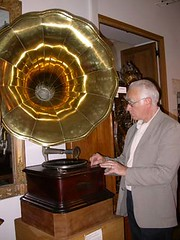 Tourne-disques14- Modèle à manivelle actionné par Pierre Bordier Pdt du Musée et sénateur-maire de StFargeau (Geher) Tags: france radio de son musée sound museums orgues yonne enregistrement barbarie cylindres tournedisques stfargeau limonaires magnétophones