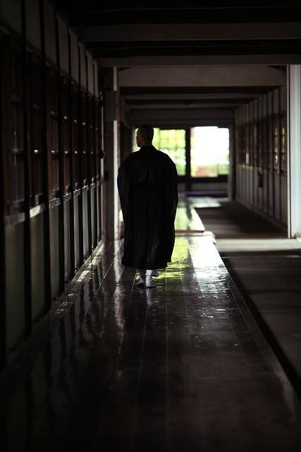 回廊の僧侶