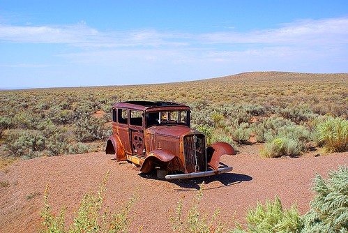 Rusted old car beside Route 66 in Petrified Forest por jupiterg