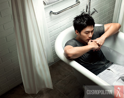 Hyun bin sent out his attractive charm with his soaking clothes