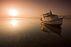 Reflejos al amanecer (Jos Andrs Torregrosa) Tags: barco amanecer marmenor ondas reflejos joseandres sigma1020 losalcazares 40d canon40d josetorregrosa degradadotabacco