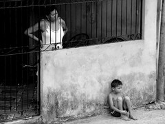 Vida nada mole #04 (Tarcísio Schnaider) Tags: boy brazil brasil children iso100 kid amazon child sony sentado criança filho pretoebranco menino pará mãe f40 pobreza oliveira 1200s tarcisio amazônia observando olhando h50 318mm vidadura schnaider 20090907 sonydsch50 sonyh50 bemflickrbembrasil