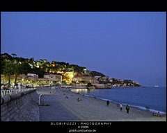 Nizza (GLOBI  FUZZI) Tags: blue summer holiday france french nice frankreich riviera nightshot sommer urlaub cte ctedazur bluehour blau altstadt oldtown francia nizza mediterraneansea nachtaufnahme sdfrankreich nissa dazur frenchriviera alpesmaritimes blauestunde vieuxnice mittelmeer mermditerrane centrehistorique canoneos50d   globifuzzi quaidestasunis
