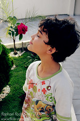 Como se eu fosse flor! (|Red|) Tags: flor rosa grama criana doo scooby cheirando