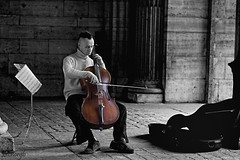 Toca otra vez, haces que me sienta bien (Leonorgb) Tags: paris canon louvre msica francia cuerdas musico soportales partitura violonchelo