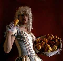 Marie-Antoinette mange de la brioche // Marie-Antoinette is eating some brioche (Mr-Pan) Tags: essen prix eat manger tva brioche marieantoinette famine crise primes impts allocations fisc stockoption taxeprofessionnelle ocnomie