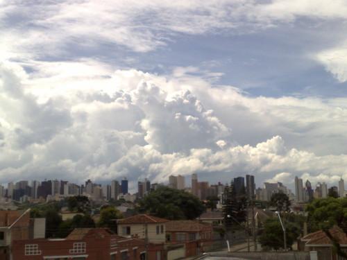 ... mais uns passos e quase conseguiria uma foto da Baixada Atleticana sob o indefectível céu nublado curitibano.