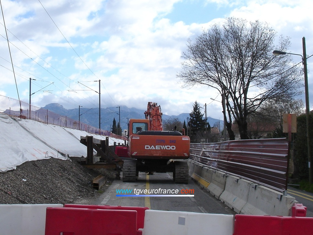 Vue d'une pelle mécanique DAEWOO sur le chantier de construction