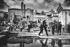 Eviter les flaques (krystinemoessner) Tags: monochrome sw bw bn rome nb people personnes photo de rue reflets krystine moessner taek