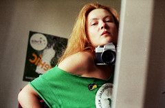 mrcz_pr_lo_20 (mariczka) Tags: camera selfportrait reflection green slr home me 50mm mirror iso200 brooch tshirt redhead f18 myroom praktica wethair carlzeiss fujicolorsuperia200 praktical mariczka