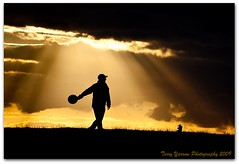 Frisby (Terry Yarrow) Tags: uk sunset england people silhouette sport canon fun games cotswolds sunbeams frisby eos5d colorphotoaward superaplus aplusphoto broadwaytowercountrypark