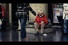 Singer (Guido Musch) Tags: people netherlands rain reflections nikon candid nederland singer groningen albertheijn doric 499 50mm18 vismarkt korenbeurs d300 dorisch zanger seriese probablyhomeless gallgall guidomusch succesnummer