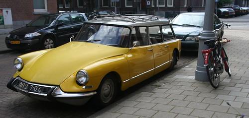 Une DS jaune