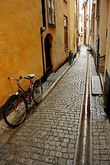bicycles | Stockholm (arnabchat) Tags: street light colors bicycle yellow architecture dark alley europe shine cloudy sweden stockholm empty cobbled diagonal gamlastan parked sverige scandinavia narrow 1740f4l canon400d