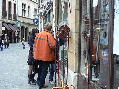 devant la boutique de couteaux et paniers.jpg