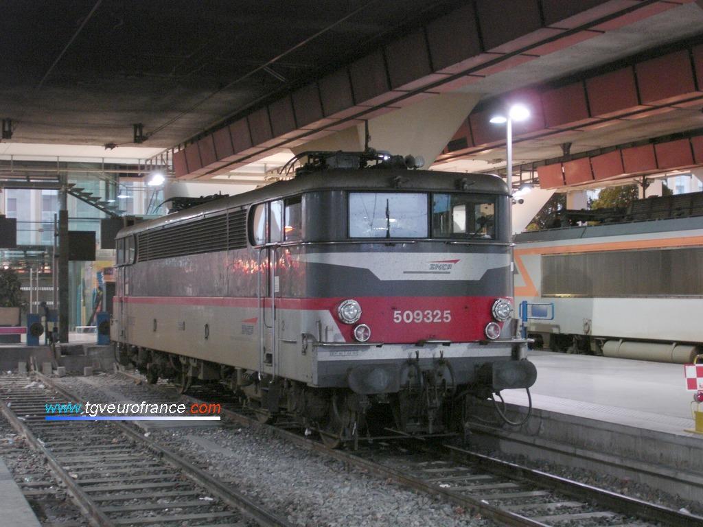 La locomotive BB 9325 SNCF en livrée Multiservice en stationnement en gare de Marseille Saint-Charles le 12 juillet 2009