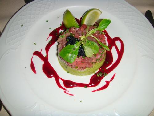 Tartar de Atún con mousse de aguacate y hierbas frescas