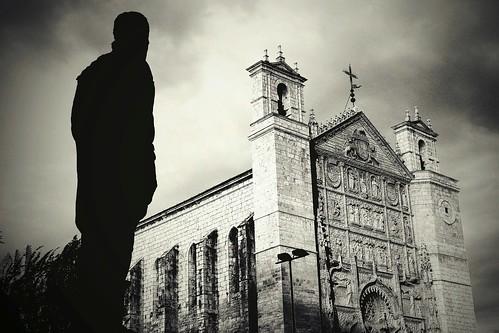 [フリー画像] 人物, 人と風景, 建築・建造物, 教会・聖堂・モスク, モノクロ写真, シルエット, スペイン, 201005050900