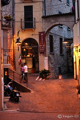 Desenzano Del Garda (vicolo) (stefano ciccocioppo) Tags: italy lamp night d50 nikon italia vicolo lombardia lampione notturno desenzanodelgarda keypaz