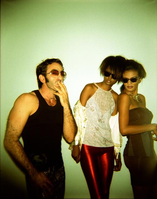 Tico: es nuevo en la ciudad, Agatha y Leda son su pigmalión. Entre la relidad y la ficción. La noche se alarga y toca definirse. De izq a dcha: Víctor lleva camiseta de tirantes del estilista, pantalón de Moda Peligrosa y collar chu pamel pito de Julieta Odio, Leda lleva leggins de We are Brasil y blusa de Adriana Guzmán y Agatha lleva vestido de Manzana Verde y collar de Julieta Odio. Tod@s llevan gafas vintage.