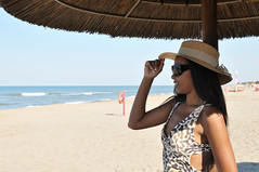 _DSC1552 (Fabio_Bianchini) Tags: italia mare persone fotografia pinup serie spiaggia vacanze cappello sabbia allegro giorno parasole felicit adulto pi