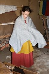 Hallveig (Michaela Kafai) und ihr neuer Rechteckmantel / Umhang in dem Haus des Tuchhändlers in Haithabu - Museumsfreifläche Wikinger Museum Haithabu WHH 13-09-2009