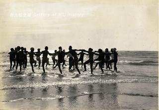 預科生海邊戲水