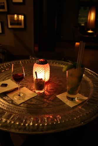 Mesa medioriental con lámpara y vasos de porto y mojito