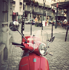 Una Vespa Roja / A Red Vespa (Anikaviro) Tags: travel viaje red brussels travelling rojo vespa bruxelles pop retro moto bruselas 2009 interrail roja interral