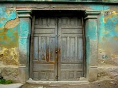 Puerta de Salcaj, Quetzaltenango, Guatemala. (RobertoUrrea) Tags: door puerta guatemala porta xela quetzaltenango centroamerica xelaju salcaja americacentral robertourrea