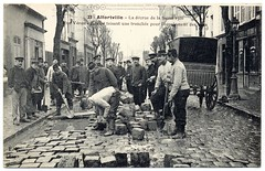 Paris Under the Waters: Workers aplenty (1910) (postaletrice) Tags: street old urban paris france seine work vintage french geotagged calle workers flooding ledefrance natural flood pavement antique postcard crteil cobbled antigua crew disaster postal 1910 cobbles rue francia franais postale inondation repairs carte drainage ancienne flooded francesa adoquines trabajadores sena crue pavs tarjeta valdemarne cpa draining inundado inundada desastre desage alfortville arreglos franaise rparations travailleurs adoquinado pavage coulement crecida inond ouvrieurs