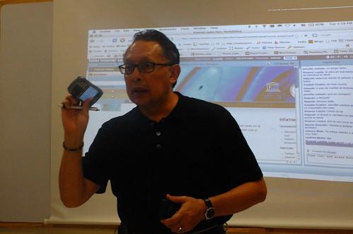 Patricio Espinoza muestra celular y camara